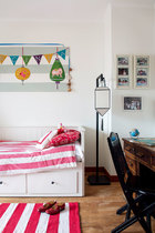 作为专业的空间设计师,Domi对于色彩有高度的敏感以及很好的掌控力。大女儿的卧室用了粉红色调。