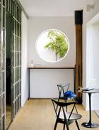 洞开的圆窗如同江南园林讲究的借景,将户外光线与绿意带入室内,整个空间顿时就灵动起来。公共办公区相对而言显得比较挤,光线也不是很好,所以设计师在走廊的部分利用圆窗引入室外光线和绿意,让整个空间不显得逼仄,反而有种眼前一亮的小心思。