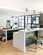 """既然""""担心房子大了,家庭成员各自为政"""",索性就把能打通的地方全部打通,除了开放式厨房,连家庭工作室也开了落地窄窗便于观察客厅。厨房永远是一个家庭的核心,使用率最高的地方。主人选择了开放式的厨房,与客厅相连,中式厨房以玻璃门隔开。妈妈做饭的时候,孩子们即便没在帮厨,做些自己的事,大家也还是能在一起。"""