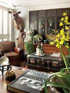 """墙上挂着父亲买的清朝""""镶八宝玉瓶""""屏风,一旁为柬埔寨吴哥时期的马头人身石雕; 其后方为非洲大羚羊标本,购自纽约;中国清朝彩瓶同样是父亲买的,而大象雕塑为""""玉雕双头象"""",在叶裕清的记忆里,它已陪伴这个家好几十年了。桌子和柜子 都是上世纪60年代产的,其每个箱子都各有用途。""""我喜欢老房子,所以自己盖 '老' 房子,准确地说,是我的设计跟古典语汇很接近。"""""""