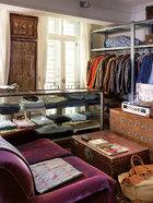 """""""我从小就喜欢跟父亲逛古董店,可能也正因为遗传了这种基因, 我只喜欢老的东西。""""卧室旁的更衣室。叶裕清自称""""搜集""""成病态,拥有二三十件不同尺寸的牛仔夹克,一年穿不到一次,尤其最爱飞车党的皮夹克。其紫色""""Ralph Lauren"""" 蓝丝绒双人沙发椅,已有20年历史,地板铺着父亲在西藏买的地毯。墙上的画分别为洪瑞麟的《春秋阁》,以及《铜人明堂之图》的人体针灸古图,购自一次中国 的拍卖会。一旁的大药柜专门放袜子。"""