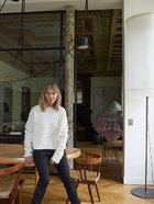 Bonstrom在餐厅中,她背后的老木立柱是原建筑结构中的一部分,在历次改造中本已经被掩盖,拆除隔断时又显露了出来。她右后方的雕塑由混凝纸、卡片、丙烯酸漆和钢混合而成,由Franz West创作于2011年。