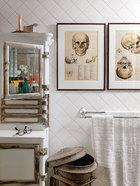 浴室是唯一一处用了许多品牌的商品:如Vernon Tutbury的白色洗手台,其白色浴室用品柜为上世纪30年代的古董牙医玻璃器材柜,购自纽约之旅。墙上的人头骨图画,购自阿姆斯特丹。