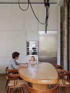 Gillier夫妇的两个孩子在餐桌旁。