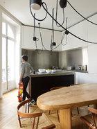 由法国著名设计师Charlotte Perriand创作的收藏级别的餐桌,在家里就这样从早到晚与一家人亲密共存。餐桌是法国著名设计师Charlotte Perriand的作品,也是Gillier夫妇的一件得意收藏,他们为它搭配了由George Nakashima设计于1940年的椅子,草编的坐垫十分舒适。