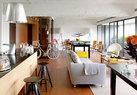 """书房区域,其阳台和室内以透明玻璃门区隔,让视野更加广阔,绿植更与室外的台北山景相结合"""",阳光、空气、花和水是一个家最重要的元素,让人生活得更自在。""""这是设计师林心怡坚持的理念。"""