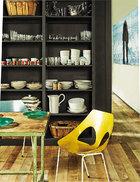 桌子来自阿姆斯特丹一家实验室,桌上盘子来自Sybilla。上世纪50年代的Jason座椅来自Carl Jacobs。旧式胡桃木置物架被深灰色漆粉刷一新。置物架上摆放着世代传承下来的餐具和白色菱形的大碗。厨房连接着整间公寓的社交区域和休息区域,右侧 的走廊通向公寓的主卧。