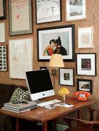 书桌旁多是摄影作品和手稿。