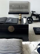 客厅里的沙发其实是Mel的设计,2年前弟弟创办的家具品牌The Canvas找她捉刀创意,这组白色沙发就是她的作品。