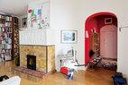 玄关处通往另一侧的沙龙及图书室,老壁炉上方的画作来自英国艺术家Chris Newman,也是他启发了主人对空间色彩的选择搭配,壁炉旁的雕像由德国Karsten Konrad创作。
