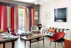 上世纪50年代丹麦风格的家具是夫妻两人的最爱,它们有着仿若明式家具的简洁和便宜搭配度。奶奶的小沙发、老北京柜子、法国友人赠送的工业化写字台、承载 着记忆的舒适柔软的沙发布、随意摆放的书籍和杂志……都在丹麦风家具中构建出一种和谐。光脚穿过客厅就步入庭院,在那里,是一家人最爱的茂盛花园。