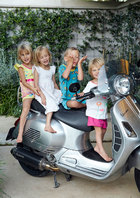 4岁的三胞胎Layla、Emelia和Felix,以及3岁的小女儿Mila。