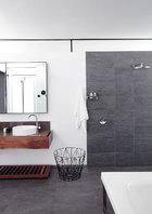 浴室选用了木料和石料,Dots Coat Hooks挂钩出自Muuto,可以在Entrepo买到。超大尺寸的浴缸能让全家同时坐进去享受欢乐家庭时光。
