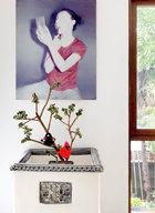 """男主人爱画,女主人爱花,""""奉献给自己的爱好,完全不是辛苦,而是一种幸福。""""墙面画作来自艺术家何森;装置作品《花园内外》来自艺术家计文于,2006年购得。"""