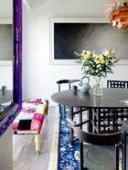 墙上挂着陈文骥的极简风格画作,正契合姚谦现在追求的的氛围。用餐空间,黑色餐桌餐椅为查尔斯·马金托什(Charles Rennie Mackintosh)的作品,一旁彩色拼布榻为设计师Lisa Whatmough为伦敦品牌Squint所设计。墙上是艺术家陈文骥的作品《渐离》。