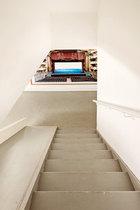 地下室是孩子们的游乐区。楼梯尽头挂着的是德国女艺术家Candida Höfer的作品《Teatro Nacional de São CarlosL isboa V,2005》。