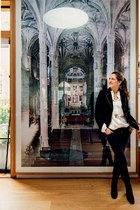 瑞士建筑师Christina Seilern承担下了这个房子的改造工程,图为她正站在德国女艺术家Candida Höfer2005年的摄影作品《Mosteiro dos Jerónimos Lisboa II》前。