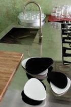 厨房的Foster不锈钢工作台,由Varenna设计。她母亲Doriana设计了其中的黑白陶器。