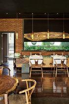 花器与吊灯合二为一的设计可谓人见人爱。鱼缸后面是厨房。