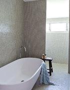 二楼的主卫生间,其设计有两个灵感来源。布局的灵感源自索菲特巴黎法布格酒店,将淋浴和厕所隐藏在两面墙的后面,整体的马赛克砖墙墙面则是受到了巴黎设计师Christophe Delcourt的启发。外形美丽简单的浴缸来自Renovation Boys,马赛克瓷砖来自Artedomus,凳子则是来自Orient House的中式古董板凳。