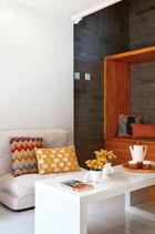休息区一旁的木质柜子,下面可以储物,上面铺张垫子就可以作午睡榻,非常方便。茶几上的白色茶壶和地板上的白色兔子装饰摆件均来自UCCA,茶几上的白色茶杯来自+86,用来插花也别有趣味。沙发上的彩色条纹靠垫来自BoConcept 北欧风情。