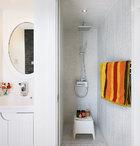 因为空间有限,卫生间和浴室都只能留出一窄条,但纯白色的装饰却尽显洁净舒适。