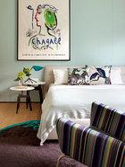 因为王中磊疼爱女儿到极点,所以尽管女儿平时都在美国念书,但他还是坚持把家里风景最好的一间卧室留给女儿。床来自Poliform的 Jacqueline系列,床头桌也来自Poliform,桌上的蓝色台灯是Diesel by Foscarini的Pett系列。条纹沙发椅来自Paul Smith & Carl Hansen,座椅本身是Hans Wegner的设计,面料来自Paul Smith。以上物品均来自家天地。