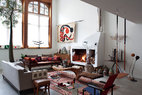 这里新旧设计混合,充满故事。Gerrit Rietveld的红蓝椅与独脚小圆桌提示经典隽永,来自当代设计大师Tom Dixon的衔接式生铁烛台置于窗边,却也不显突兀。来自全世界手工艺人的上乘之作,独一无二才显高贵。