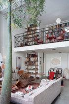悬挂在将夹层和一层分开的天花板上的秋千,是Godefroy de Virieu为爱马仕Petit h系列设计的作品。在一层的猴子面包树,穿越夹层展开绿叶,带来盎然生气。整个家上下两层,各有一个客厅,二层更沐浴在阳光中。