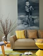 客厅里的大幅黑 白油画,其实是男主人小时候的样子,如今家里一儿一女,恰好在画中爸爸的年龄上下,一家人的幸福, 就在孩子们成长的身影中升腾。客厅的一侧,墙上的画作由艺术家李路明创作,Walter Knoll皮沙发购自德国。