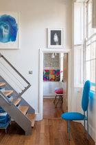 """客厅一角,墙上的画作出自Ben Gooding,由6层手绘有机玻璃组成。地上的木碗由Etel Carmona设计,由亚马逊回收木材制成。橱柜是荷兰设计品牌Vij5的Breg Hanssen设计,由与木材切片纹理极为相似的""""NewspaperWood""""材料制作。"""