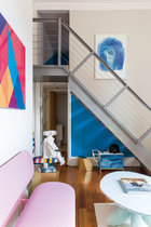 楼梯下方由金属和PVC线制成的储物柜来自Marni的作品集,曾在2012年米兰家具展展出,由哥伦比亚的刑满释放人员制作,旨在帮助他们重回社会。