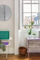 """从外面看厨房,蓝色高背椅来自Nina Tolstrup的作品集""""Re-imagined"""",在主人的画廊有售。"""