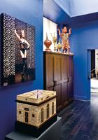 更衣室中这幅吸引眼球的摄影作品出自Erwin Olaf之手,Fornasetti风格的柜子来自Asiatides品牌,柜子上摆着来自泰国的工艺品以及一只由Michel Hallard设计的灯具。