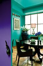 主人刻意为不同房间选择了相当有差别的基础颜色,比如绿松石色的餐厅,宁静而充满生机。餐厅铺设了Salernes陶面地砖。黑色橡木桌和丝面扶手椅均由Nicolas和Marc设计。桌上的陶瓷酒杯由Fabienne Jouvin为Asiatides设计,玻璃杯来自By Terry,黑白陶盘是Nicolas和Marc委托摩洛哥的Fes专门制作的。窗边摆放了来自中国的红色丝罩龙灯和装满蝴蝶兰的龙纹陶罐。墙上的艺术品由Raoul Dufy为法国丝绸公司Bianchini Ferier创作。