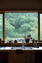 """李见深每天使用这间厨房制作可口的乡间菜肴,窗外的""""风景画""""作者不是他,而是三宝的大自然。"""