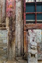 院落中仍然保留着老建筑稍显腐朽 的肌理。