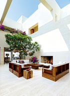 辛迪·克劳馥家充满热带海滩风情的庭院,故意做了不封顶设计,让纯净的阳光肆意涤荡着家里的每一寸空气。