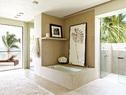 辛迪夫妇的主浴室,还配有室外淋浴。Legorreta设计的水流纹洗手盆简洁现代;左边架子上摆放的照片来自Herb Ritts,树叶装饰画来自Jalan Jalan Collection。