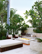 克鲁尼家的室外休息区和火炉,都选择了来自墨西哥中部的洞石材料。