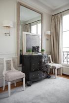 "after 门厅的另一侧,黑漆柜""Greek""和两侧的""ModernTassel""椅也是Thomas工作室的产品,镜前的画作来自纽约的画家Antonio Murado,画作前1930年代的青铜雕塑来自Gori,壁灯为Felix Agostini品牌。"