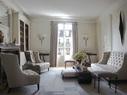 after 前客厅的全景,灰色的丝质窗帘由Donghia出品。