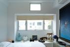 小小的卧室空间安静而素雅,墙面和床上用品都选择了白色,各类中式古玩与一幅刘坤的大型油画营造出一种与世隔绝的静休氛围。