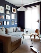"""另一小起居室兼客房,墙面上挂有Konstantin Kakanias、Uxío Da Vila、Carmen La Griega和 Mathieu Salvaing的素描及摄影作品。沙发床来自宜家家居,靠垫由Josef Frank设计,复古的心形小茶几上摆着Fabio Alaniz的铜质雕刻作品,旁边是Eames夫妇设计的椅子,近处名为""""Monopatín""""的单脚滑板车其实是Carlos A. Cuenllas的铝制雕刻作品,购买于Raquel Ponce美术馆。"""