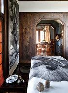 设计的本质对象,并非屋内屋外的物质,而是室内室外的生活。书桌也是传统中式的,旁边的水墨作品是谷文达为这个度假屋专门创作的。