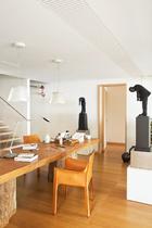 2楼是夫妇俩工作的小型办公区,同样以原木与骆色的清暖色调为主。