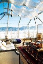 在这个丝绸之路的重要站点上,设计师刻意将这种多元文化融汇的风格带入室内装饰,又将窗外壮美的雪景最大化呈现,这样的享受可遇而不可求! 原本三层的露台区域被Blake做成了一个拥有180度无敌景观的阳光房。Lili灵光闪现,用旧式的雪橇做成咖啡桌,成为这个空间里的点睛之笔。和田地区一对老夫妇弃置的毯子也被Lili的慧眼相中,买了回来。经过重新清洗,它焕发出了惊人的光彩。匈牙利雪橇复刻版咖啡桌、亚麻贵妃榻、亚麻实木双人沙发皆购于淘宝。
