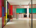"""玻璃墙的设计是为了将自然光从浴室引入屋内,""""我们拆除了空间里所有非承重墙,光线由此可以更好地流通。""""厨房为特别定制,一列并排的碗柜都刷上了来自Ressource的银色漆,荧光橘色则凸显了完美的几何形状。左侧上世纪50年代的小桌柜是从巴黎的二手货商人那儿找到的。"""