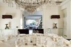 餐厅和起居室相通,超轻的水晶边桌由Stefania Di Girolamo设计。小桌上摆着古朴的铜烛台上,烛台上还镶嵌着新哥特式彩色玻璃。璀璨的水晶吊灯,来自16世纪的威尼斯。