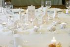 整个圣诞餐桌的布置也是纯白的主题,带有童话色彩的小屋和着点点烛光烘托出家的温暖。圣诞餐桌的布置细节:百分百纯麻质地的桌布是定制产品。瑞典风格的白色瓷蜡烛屋显现出童话般的纯真,烛光照着白色的瓷质麋鹿,营造出特殊的光影,为整个房间增添了一丝梦幻的魔术色彩。白色骨瓷餐盘和水晶杯都是设计师精心挑选的。